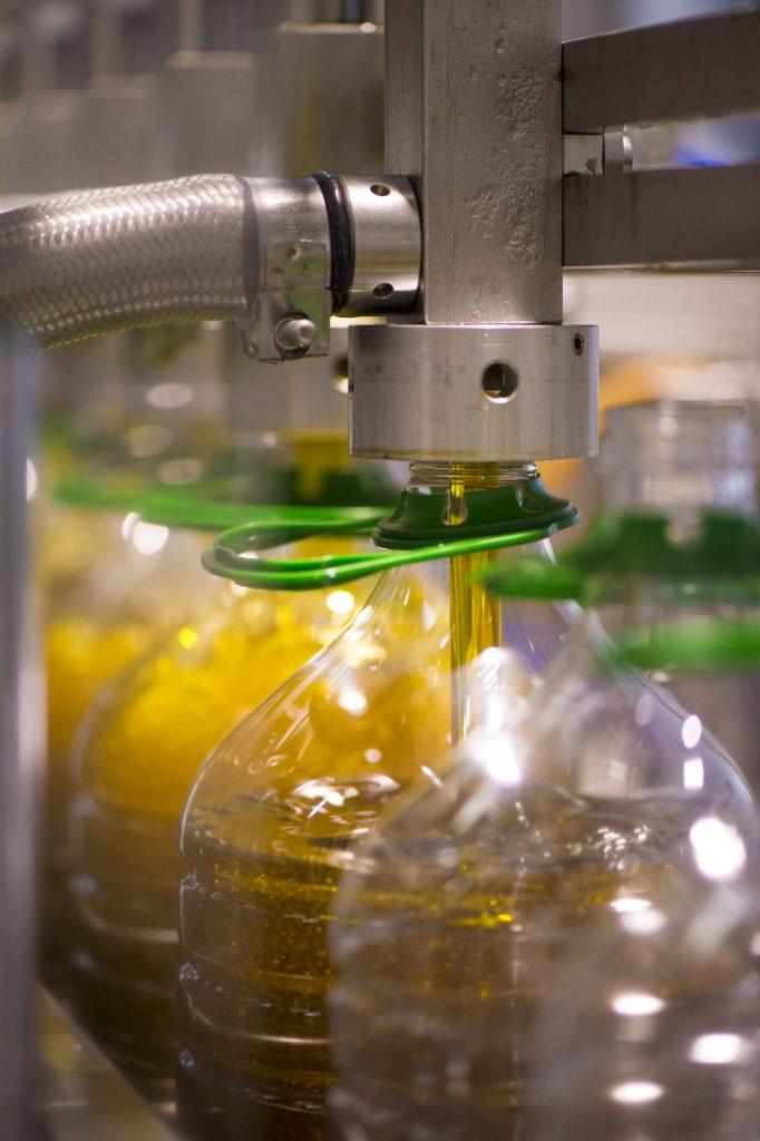 Maschinelles Abfüllen von Olivenöl - hohe Anforderungen an die Hygiene