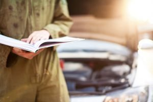 Mechaniker liest Betriebsanleitung
