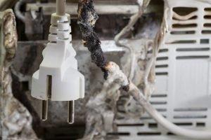 Durch Überlastung verschmortes Elektrogerät? Solche gemäß Niederspannungsrichtlinie nicht vorkommen.